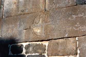 Vorschaubild Ezra (Izra), Syrien, Kirche St. Georg, Christusmonogramm neben Westportal