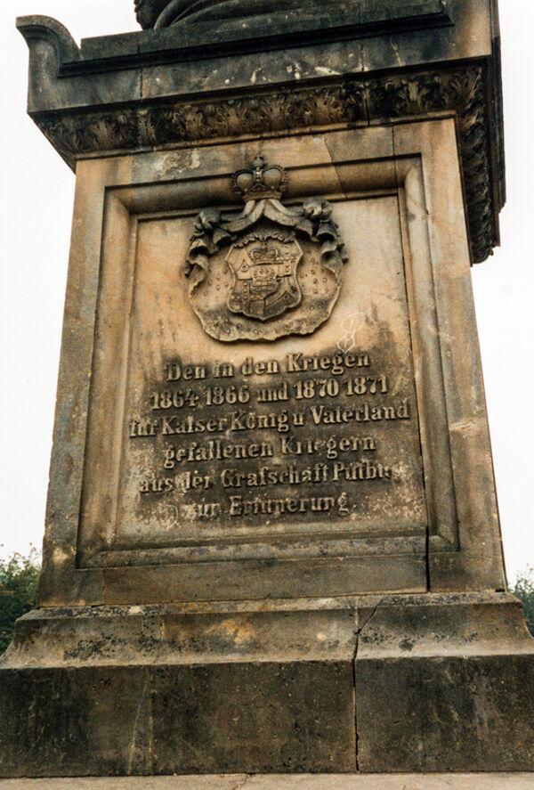 Vorschaubild Marktplatz, Kriegerdenkmal mit Wappen der Grafschaft Putbus (Foto 1987)