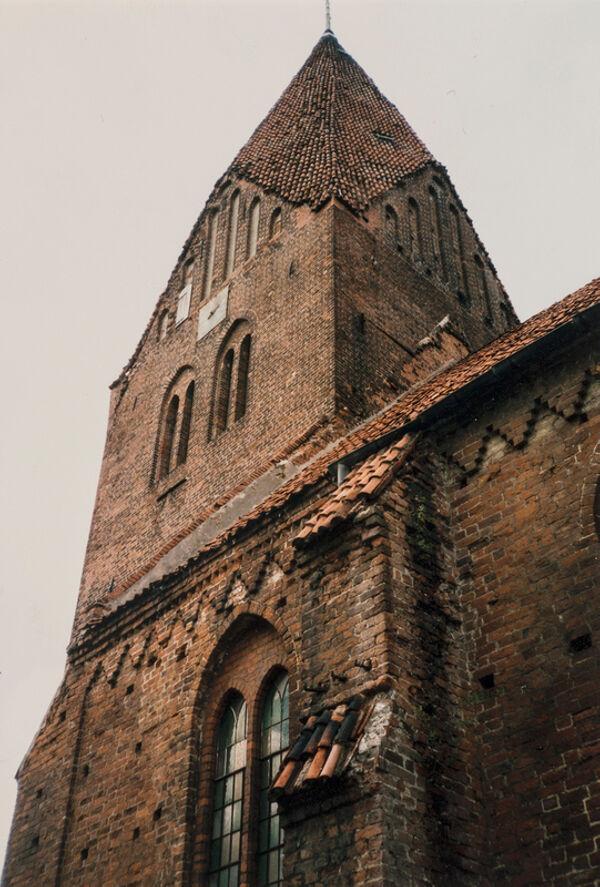 Vorschaubild Stadtkirche, Langhausseite mit Treppenfries (Foto 1990)