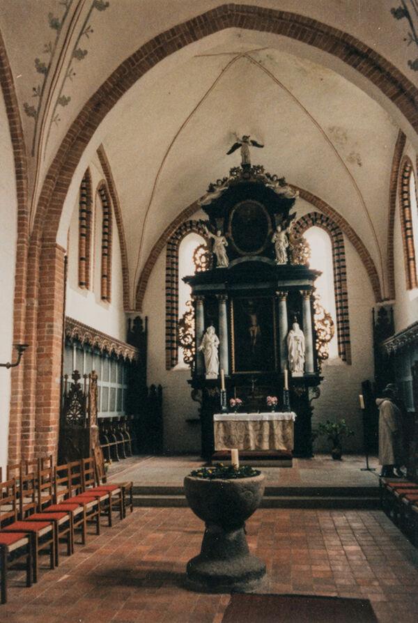 translation missing: de.preview Stadtkirche, Chorgewölbe und Taufstein. Altar 18. Jhd. (Foto 1990)